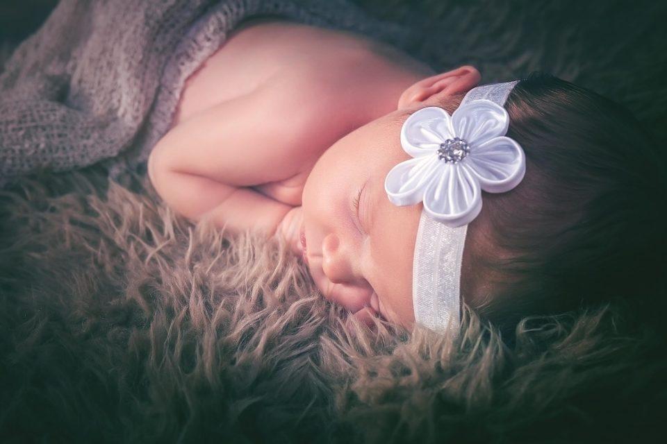 Baby mit weißer Schleife