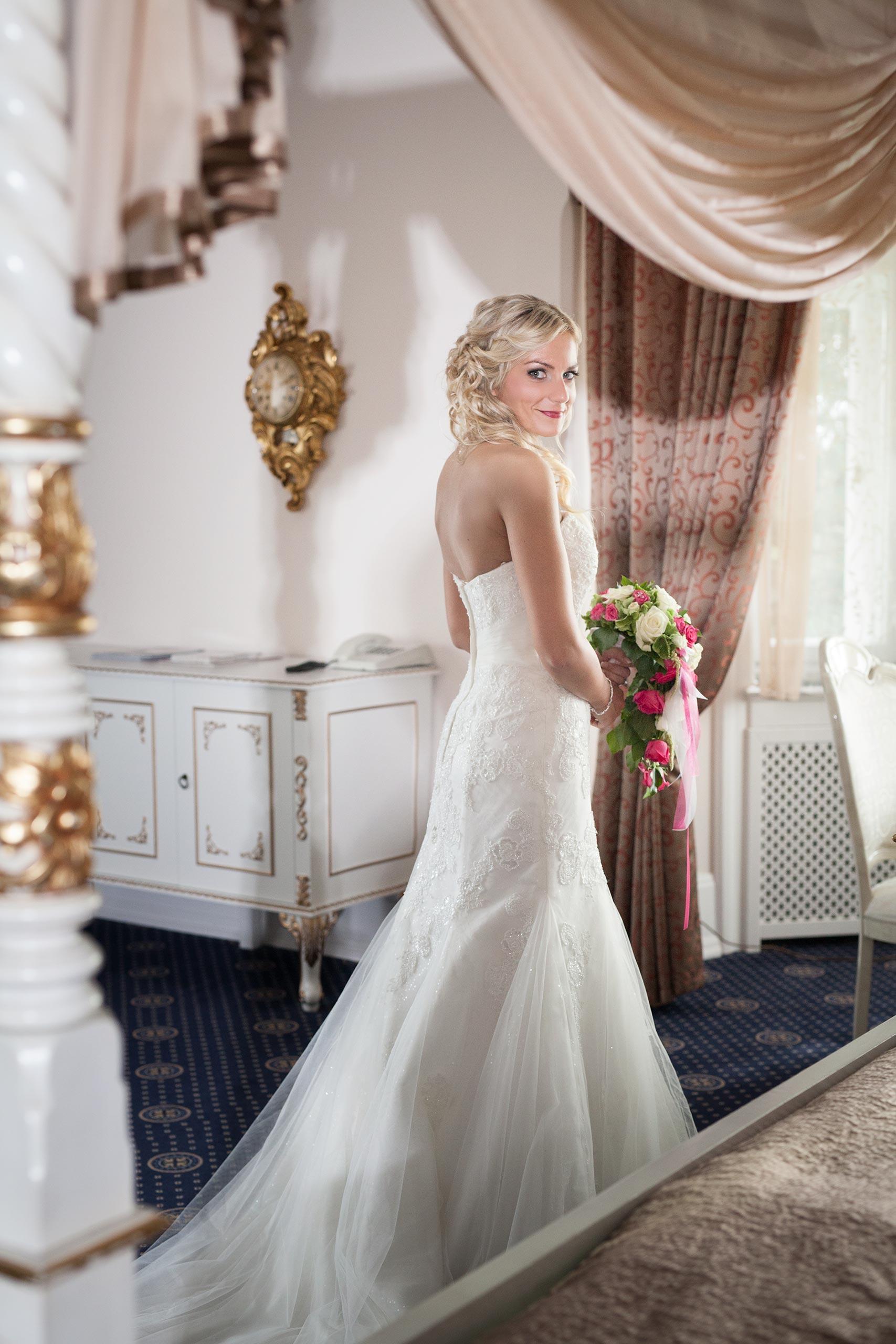 Braut in der Hochzeitssuite