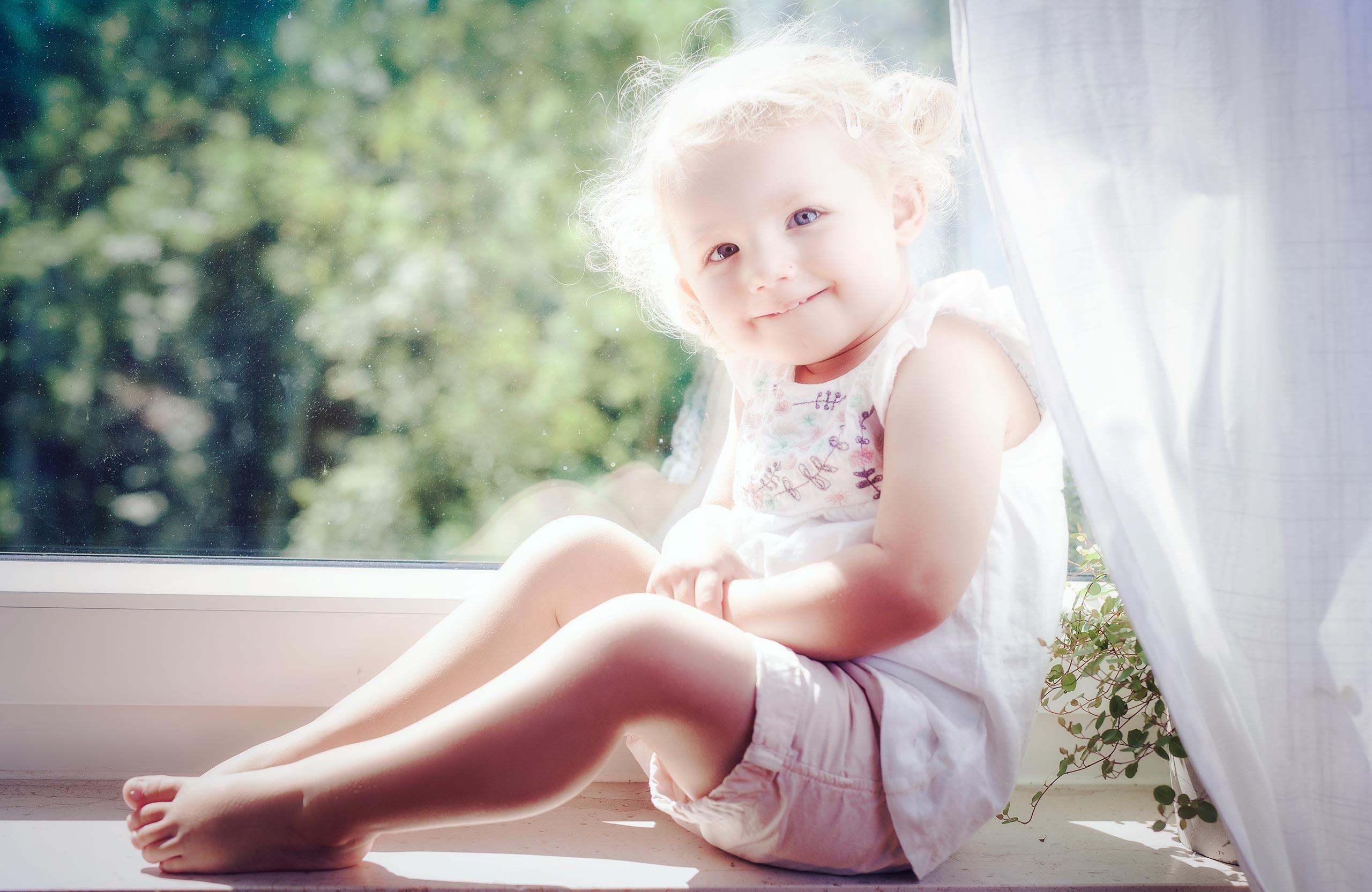 Kind am Fenster
