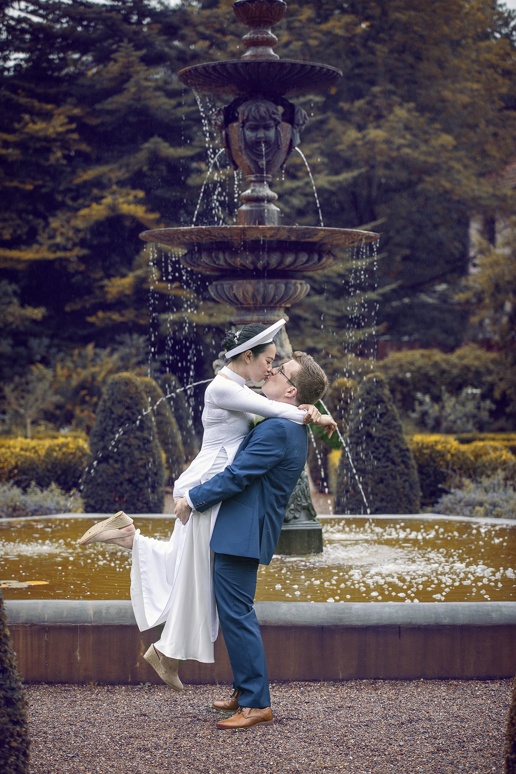 Hochzeitsfotografie vor einem Springbrunnen im Park Schloss Rheder