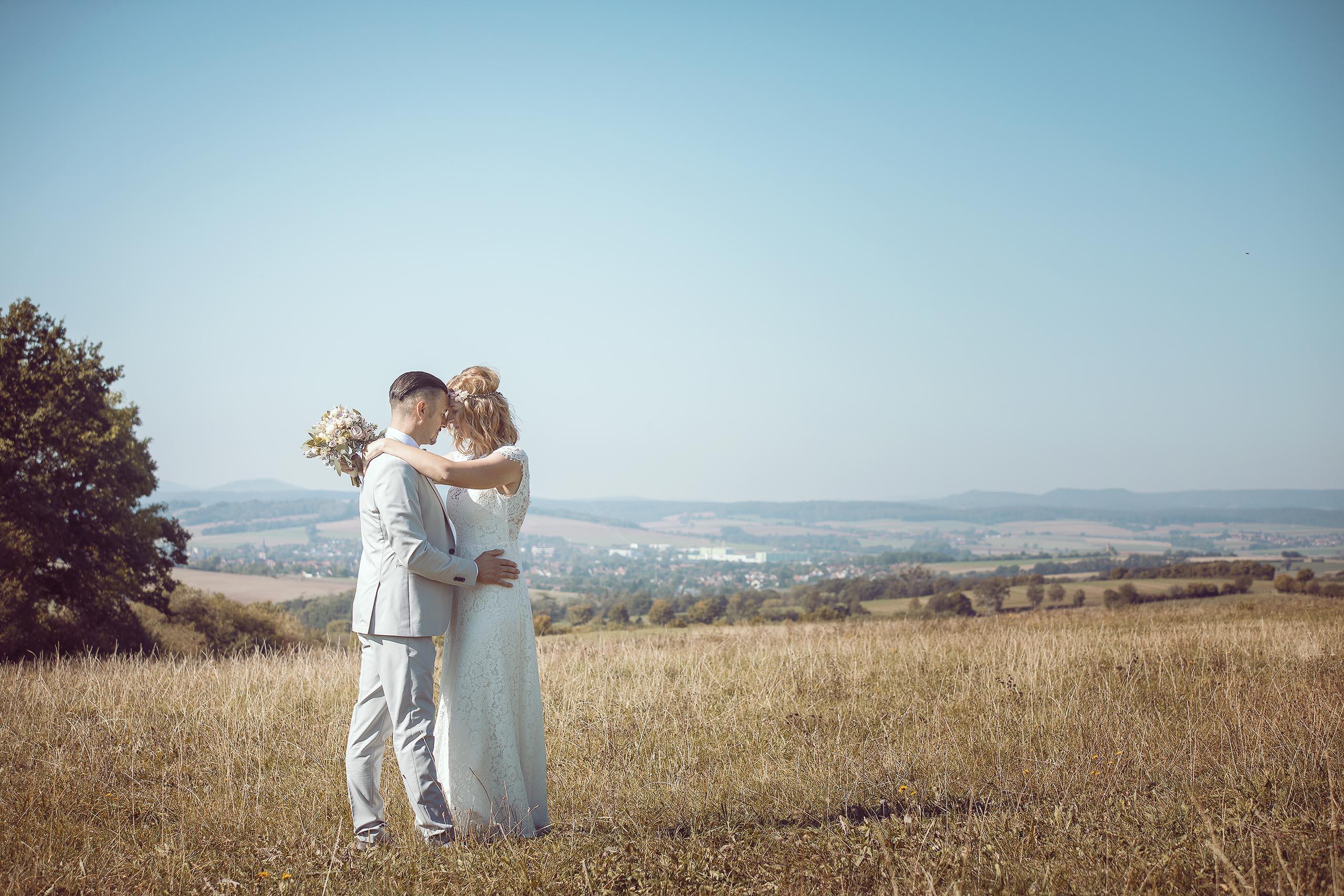 Hochzeitspaar auf freiem Feld