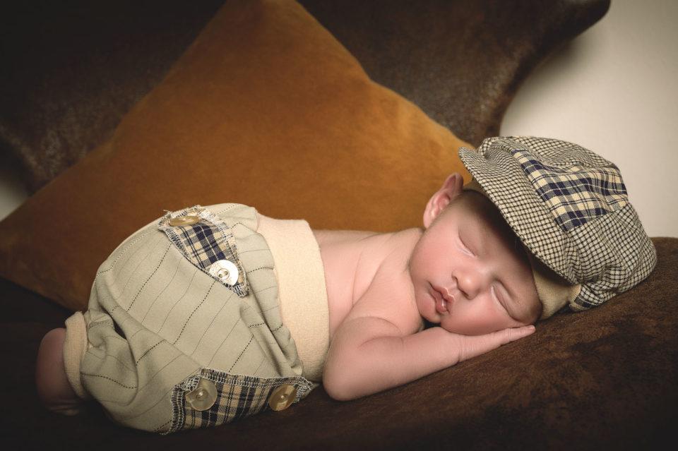 Baby mit Mütze und Hose